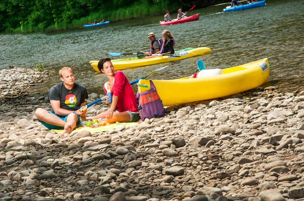 grupo de amigos disfrutando del rio sella en canoa